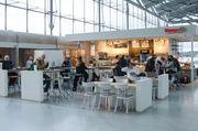 Der Café-Bereich der Filiale bietet den Passagieren des Flughafens Köln/Bonn 85 Sitzplätze.
