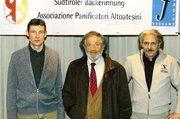 Landesinnungsmeister Richard Schwienbacher (Mitte) mit seinen Stellvertretern, Peter Schuster (links) und Fabrizio Tabiadon.