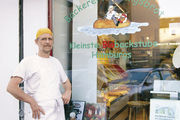 Martin Kastner vor seiner Bäckerei in Hamburg-Borgfelde.