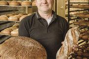 Martin Schiffer mit Spezialitäten aus der Backstube: Steinofenbrot aus Natursauerteig und Landbaguette aus alten Weizensorten der Region.