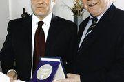 Peter Ditsch (l.) bei der Überreichung der Urkunde durch Wirtschaftsminister Hans-Artur Bauckhage.