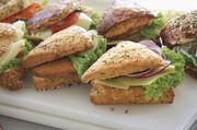 Ob klassisch mit Wurst und Käse belegte Brötchen, Schnitzelbrötchen, belegte Fociaccia oder vegetarisch/vegane Angebote: Bei Snacks ist ein vielfältiges, aber fokussiertes Angebot Trumpf.