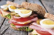 Wurst, Ei und Gemüse sind gute Partner auf einem Brotsnack – gesundheitlich und geschmacklich.