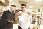 Dr. Friedrich Longin (Uni Hohenheim, links) und Bäckermeister Heinrich Beck untersuchen die Konsistenz des Teiges.  Rechts: Eine Weizensorte (Muck, alte, deutsche Sorte) an zwei Standorten ergibt nicht nur optisch verschiedene Brote.