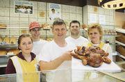 Teamarbeiter (v. l.): Auszubildende Carolin Scherer, Bäcker Bernhard Schmerbeck, Inhaber Josef Bihler, Bäcker Naser Morina, Verkäuferin Susanna Zauser.