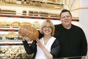 "Sandra und Pawel Bolt mit Brot ""Knuust""."