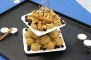 Vitalbälle aus Datteln mit Cranberries und Sesam.