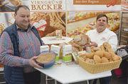 Regionale Kooperation: Virngrund-Bäcker Pius Ehrler (rechts) präsentiert zusammen mit Landwirt Anton Wagner an seinem Stand unter anderem das Bauernbrot mit Dinkel, Emmer, Einkorn und Waldstaudenroggen.