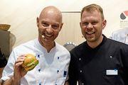 Simon Licht (links) mit Lars Bittig, der die Snacks am Bäko-Stand kreiert.