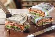 Ein belegtes Brot mit hochwertigem Belag – attraktiv verpackt – sorgt für Appetit bei Kunden.