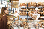 Italienische Backwaren am Stand der Panetteria und Focacceria des Eataly in München. David Galanti (Mitte) leitet die Bäckerei.