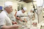 Bäckermeister Gregor Degen (links) mit seinen Mitarbeitern beim Handwerk