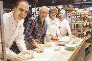 Backen in der Bäckerei Andresen (von links): Stefan Andresen, Brot-Botschafter Simon Licht, Maren Andresen und Gerhard Krowicki.