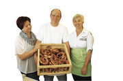 Bei der Bäckerei Graf sind gute Laune und die Kommunikation mit den Kunden wichtig (von links): Ehefrau Silvia Graf, Inhaber Markus Graf und Fachverkäuferin Martina Zimmermann.
