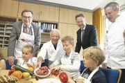 Bäcker-Obermeister Peter Lob (rechts) und sein Fleischer-Kollege Dieter Himperich (links) zeigten den Grundschulkindern, dass frische und gesunde Speisen jeden Tag aufs Neue richtig lecker schmecken können.
