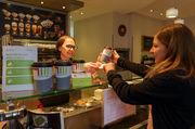 Regionale Bäckerei-Ketten unterstützen die Initiative und füllen Mehrwegbecher der Kunden auf.