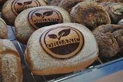 Bio-Bäcker zeigen, wie sie ihr Brot herstellen.