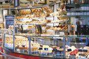 Konditoren-Torten und Bäcker-Brote in der Bäckerei-Konditorei Hafendörfer in Stuttgart.
