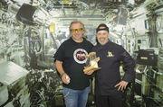 Im kommenden Jahr soll erstmals auch Brot im Weltraum gebacken werden. Peter Kapp (links) und Siegfried Brenneis haben sich schon mal informiert, auf was es ankommt und wie sie Astronaut Alexander Gerst dabei unterstützen können.