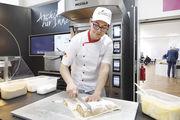 Apfelstrudel als süßer Snack: Fachlehrer Tobias Pfaff zeigte die Herstellung des Klassikers aus Österreich.