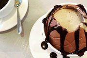 Der Kaffee wird direkt in das Schokoladen-Ei gegossen.