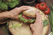 In der Schweiz werden Heuschrecken bereits für Burger verarbeitet.