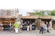 Fünf Tage lang boten Bäcker im Mai beim ersten Münchner Brotmarkt auf dem Viktualienmarkt ihre Produkte an. Verkauft wurde aus identischen Holzbuden heraus.
