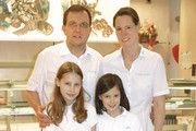 Christian Englert neben seiner Frau Nicole und seinen Töchtern.