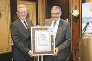 Der Bäckerinnungsverband Niedersachsen/Bremen hat Karl-Heinz Wohlgemuth zum Ehren-Landesinnungsmeister ernannt. Sein Nachfolger als Landesinnungsmeister ist Dietmar Baalk (von links).