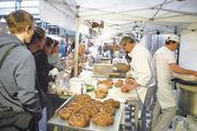 """Das Publikum der """"BrotZeit"""" folgt sehr aufmerksam den Handgriffen des Bäckers in der """"Lernwerkstatt""""."""