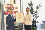 "Gut abgeschnitten: Treif darf sich ""Premium-Marke 2017"" nennen. Clemens Knoll (l.), Geschäftsführer a. D. des Matthaes Verlags, übergibt die Urkunde an Treif-Vertriebsleiter Thomas Pelikan."