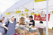 Besucher probieren von 120 Brotsorten, die sie direkt am Stand oder von der Fachverkäuferin angeboten bekommen.