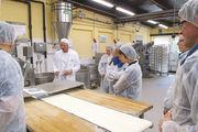 Bäckermeister Falk Sütfels erklärt die Betriebsabläufe.
