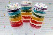 Die Push-Up-Cake-Pops können farbenfroh und eiskalt serviert werden.