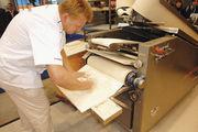 In vielen Betrieben werden die Brote nach dem Rund- und Langwirken per Hand in vorbereitete Körbchen, Kästen oder auf Apparate abgesetzt.