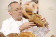 Michael Isensee testet fachmännisch die eingereichten Brote.