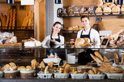 In Nordrhein-Westfalen bekommen Verkäuferinnen und Bäcker mehr Geld vom Arbeitgeber.