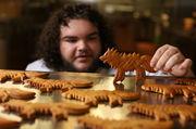 Schauspieler Ben Hawkey verkauft jetzt Schattenwolf-Kekse.