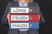 In den vorgelegten Unterlagen sucht der Mitarbeiter des Finanzamtes nach Unregelmäßigkeiten.