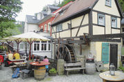 Entschleunigung: der Außenbereich des Cafés vor der restaurierten Mahlmühle, die vor mehr als 350 Jahren erbaut wurde.