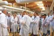 Meisterschüler auf Exkursion: Hartwig Schneeberg (l.) erläutert die Abläufe bei der Ehninger Bäckerei Sehne.