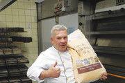 Wolfgang Zimmermann setzt bei Rohstoffen und Zutaten auf Qualität. Bei Broten, die per Hand geteilt werden, geht's nicht Gramm genau.