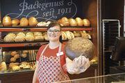 """Gerda-Gertrud Paduch, die 22-Jährige Auszubildende zur Bäckereifachverkäuferin, ist """"Lehrling des Monats""""."""