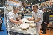 Brote nach dem Teigteiler händisch formen – für viele Bäcker ein Zeichen handwerklicher Qualität.