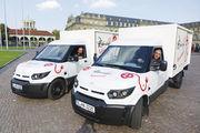Stromer: Jochen Jassmann (hinten)  und Fikret Elpe in den neuen Lieferfahrzeugen der Bäckerei Hafendörfer.