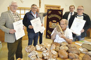 Machen gutes Brot: Franz Düring (v. l.), Wolfgang Feihl, Franz Härtl, Prüfer Manfred Stiefel, Sebastian Meckl, und Martin Lang.