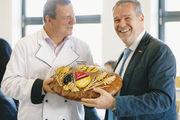 Roland Ermer (l.) und Dresdens Handwerkskammerpräsident Dr. Jörg Dittrich halten das Jubiläumsbrot.