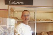 Hinter Glas: Harald Blank vor dem Schrank mit den glutenfreien Backwaren, für die Kunden weit fahren.