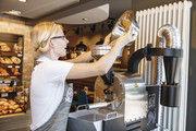 Bäckermeisterin Yvonne Scherer betreibt das Kaffeerösten im BrotCafé der Bäckerei Hirth mit Leidenschaft.