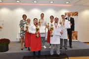 Die Sieger Katharina Guterl und  Erwin Scheifel (vorne) mit den jeweils Zweit- und Drittplatzierten, der Juryvorsitzenden Maren Andresen und Akademiedirektor  Bernd Kütscher.